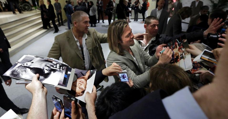 """O ator Brad Pitt dá autógrafos depois conferência sobre o filme """"Killing them Softly"""" no Festival de Cannes 2012 (22/5/12)"""