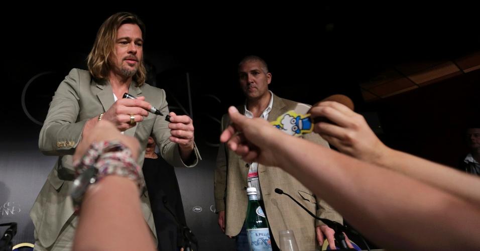 """O ator Brad Pitt dá autógrafos durante conferência sobre o filme """"Killing them Softly"""" no Festival de Cannes 2012 (22/5/12)"""