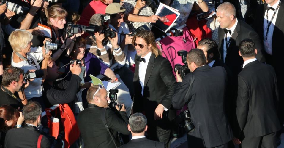 """O ator Brad Pitt é cercado por fotógrafos ao chegar à exibição de """"Killing them Softly"""" no Festival de Cannes 2012 (22/5/12)"""