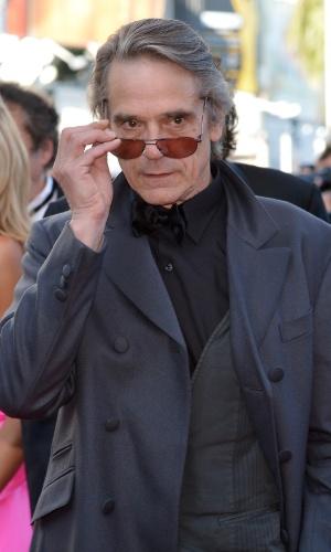 """O ator britânico Jeremy Irons posa para fotos no tapete vermelho do Palácio do Festival ao chegar à exibição de """"Killing them Softly"""" no Festival de Cannes 2012 (22/5/12)"""