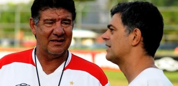 O ator Eduardo Moscovis conversa com Joel Santana após o treino do Flamengo