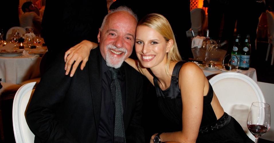 """O escritor Paulo Coelho e a modelo Karolina Kurkova no jantar exclusivo """"IWC Filmmakers Dinner"""" no hotel du Cap-Eden-Roc em Cap d'Antibes, na França, durante o Festival de Cannes 2012 (21/5/12)"""