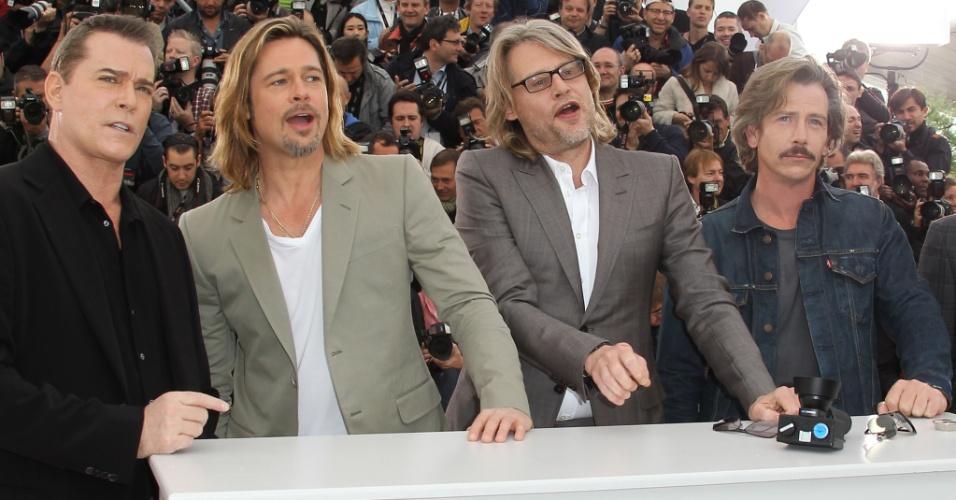 """Os atores Ray Liotta e Brad Pitt, o diretor Andrew Dominik e o ator Ben Mendelsoh posam durante apresentação do filme """"Killing them Softly"""", que está na competição oficial do Festival de Cannes 2012 (22/5/12)"""