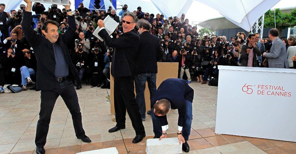 """Os diretores Benoit Delepine e Gustave Kervern e os atores Benoit Poelvoorde e Albert Dupontel desmontam cenário de Cannes na apresentação do filme """"Le Grand Soir"""" durante o Festival de Cannes 2012 (22/5/12)"""