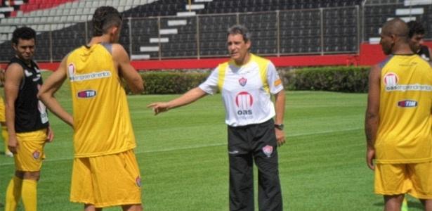 Paulo César Carpegiani comanda treino do Vitória