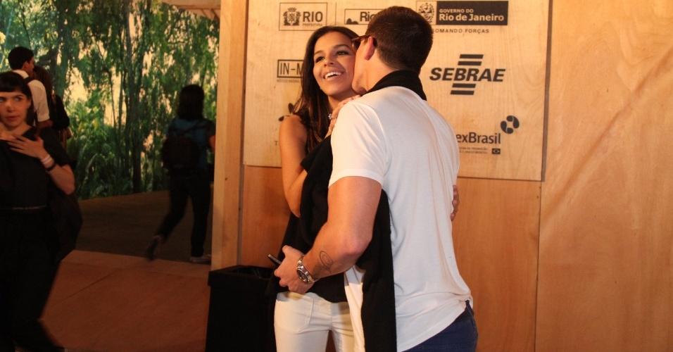 Rômulo Arantes Neto e Mariana Rios se cumprimentam no Fashion Rio (22/5/12).  O evento de moda acontece no Jockey Club, zona sul do Rio