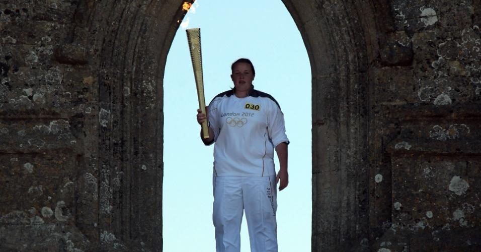 Tocha olímpica chega à pequena cidade de Glastonbury, no sul da Inglaterra
