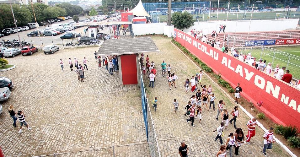 Vista da entrada do estádio no domingo, com grande fluxo de pessoas
