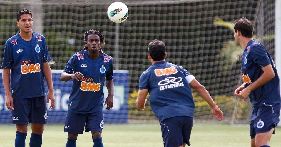 Willian Magrão e Tinga participam de treino do Cruzeiro na Toca da Raposa II (22/5/2012)