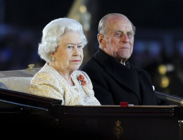 13.mai.2012 - Rainha Elizabeth 2ª e o príncipe Philip chegam para cerimônia referente às comemorações do jubileu de diamante da monarca, neste domingo, no castelo de Windsor, no Reino Unido