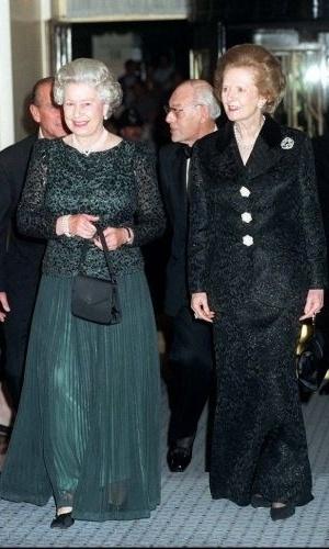 16.out.1995 - Rainha Elizabeth 2ª e a ex-premiê britânica Margaret Thatcher chegam ao Claridge's, em Londres, para um jantar em celebração ao aniversário de 70 anos de Thatcher