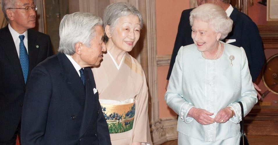 18.mai.2012 - A rainha Elizabeth 2&#170; cumprimenta o imperador do Jap&#227;o, Akihito, e a imperatriz Michiko, no castelo de Windsor, em Londres
