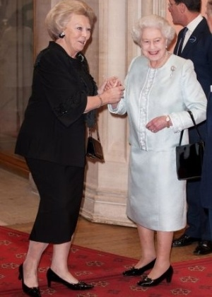 18.mai.2012 - A rainha Elizabeth 2&#170; recebe a rainha da Holanda, Beatriz, para cerim&#244;nia de almo&#231;o no castelo de Windsor, em Londres, para comemorar o jubileu de diamante da monarca brit&#226;nica