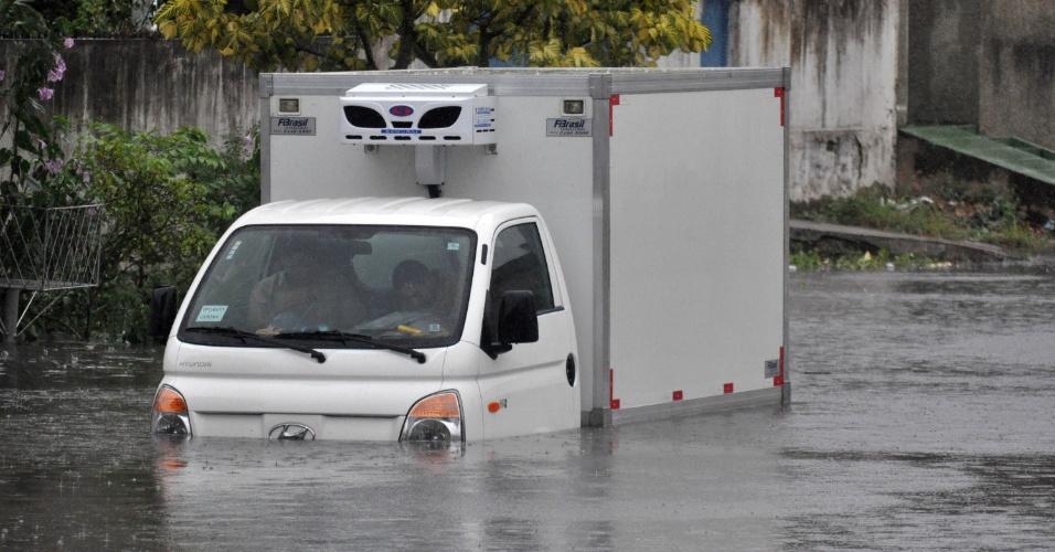 23.mai.2012 - A rua Doutor José Gonçalves, no bairro de Lagoa Seca, em Natal, ficou completamente alagada nesta quarta-feira devido à forte chuva que caiu sobre a cidade