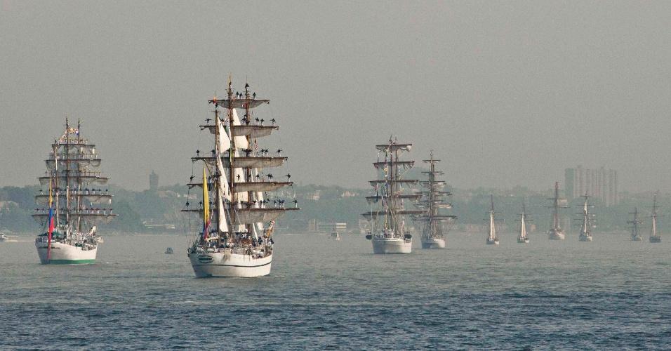 23.mai.2012 - Barcos navegam pelo rio Hudson, em Nova York, nos Estados Unidos