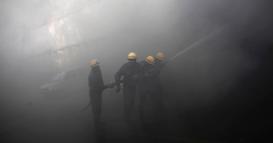 23.mai.2012 - Bombeiros tentam extinguir inc&#234;ndio no edif&#237;cio do Banco Nacional Punjab em Nova D&#233;li, na &#205;ndia