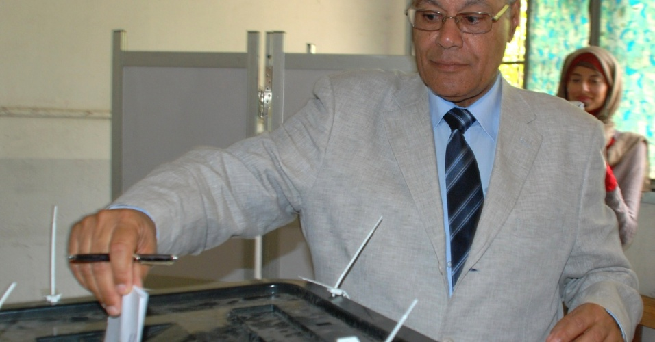 23.mai.2012 - Candidato presidencial independente Mohammed Salim al-Aawa registra seu  voto em um col&#233;gio eleitoral no Cairo, Egito