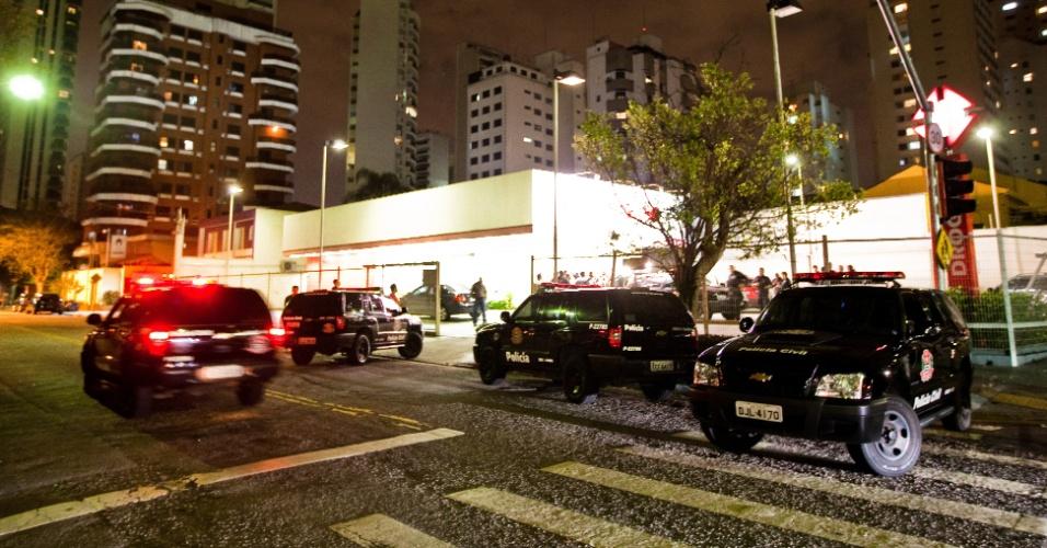 23.mai.2012 - Criminosos fizeram três pessoas reféns em farmácia no Campo Belo, zona sul de São Paulo