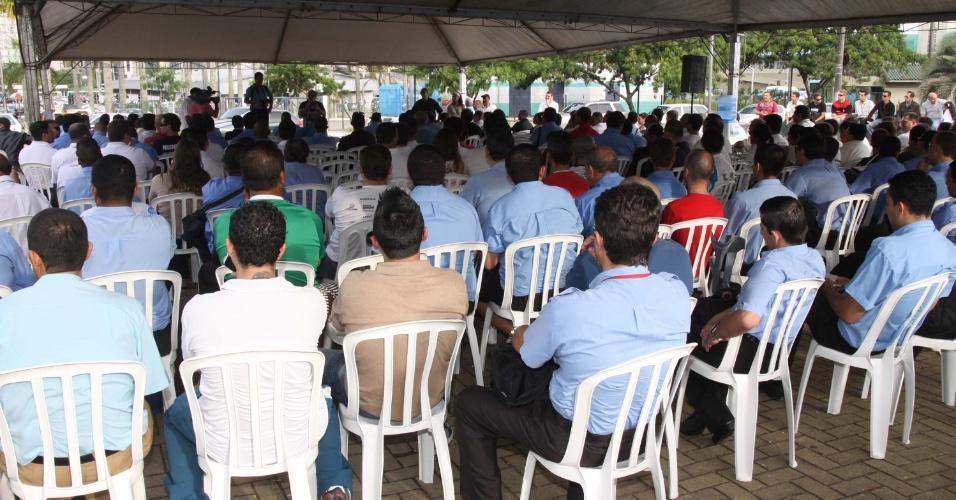 23.mai.2012 - Em assembleia realizada no terminal de Integração em Florianópolis (SC), trabalhadores do transporte coletivo da cidade decidiram entrar em greve. A categoria reivindica reajuste salarial e melhores condições de trabalho
