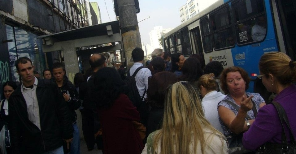 23.mai.2012 - Internauta registra movimento intenso em ponto de &#244;nibus em S&#227;o Paulo, em consequ&#234;ncia da greve dos metrovi&#225;rios na capital paulista