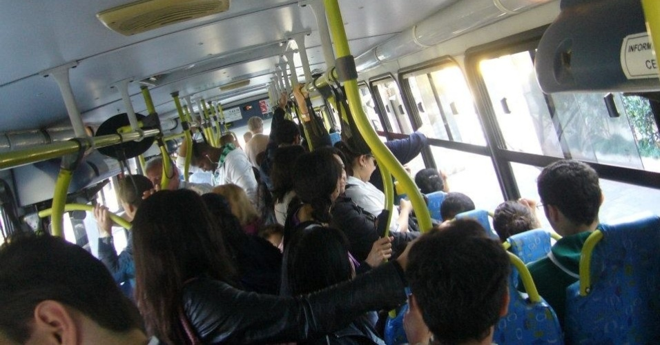 23.mai.2012 - Internauta registra &#244;nibus lotado em S&#227;o Paulo, em consequ&#234;ncia da greve dos metrovi&#225;rios na capital paulista