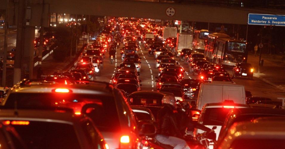 23.mai.2012 - Mesmo com o fim da greve dos metroviários, a Radial Leste, na capital paulista, registrou trânsito intenso