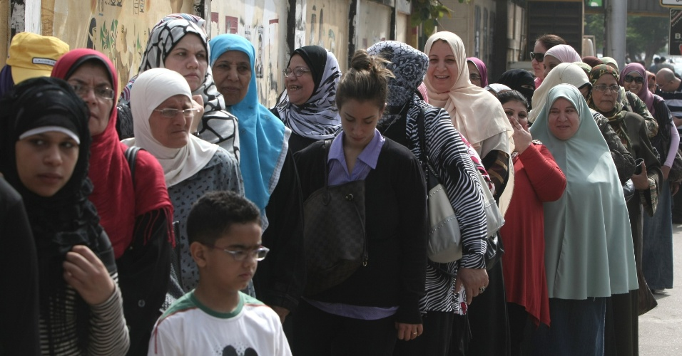 23.mai.2012 -  Mulheres aguardam para votar no Cairo