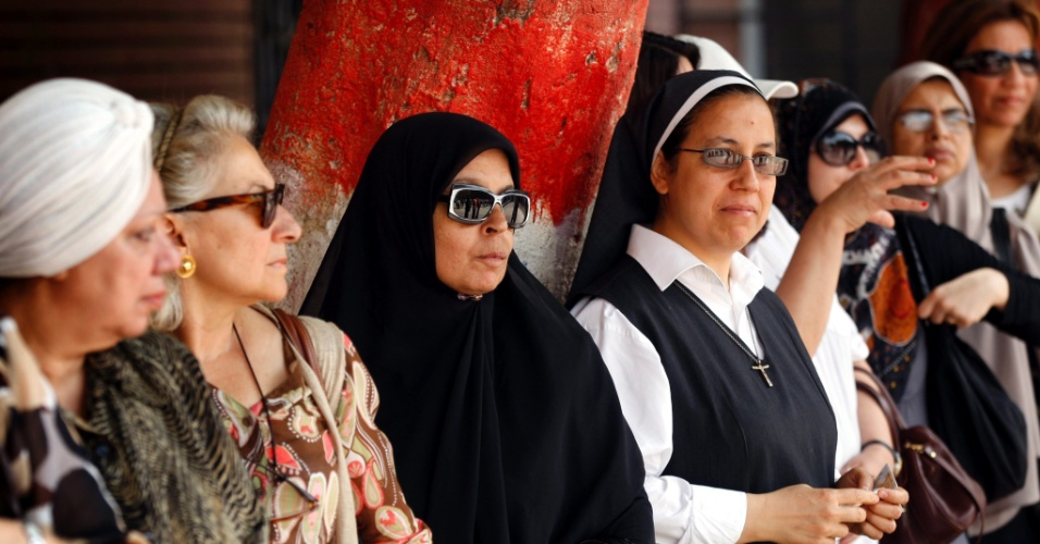 23.mai.2012 - Mulheres esperam para votar no Cairo