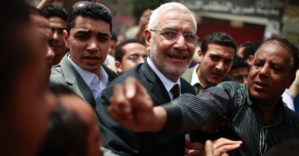 23.mai.2012 - O candidato presidencial Abdel Moneim Abol Fotouh cumprimenta as pessoas do lado de fora de um col&#233;gio eleitoral durante as elei&#231;&#245;es no Cairo