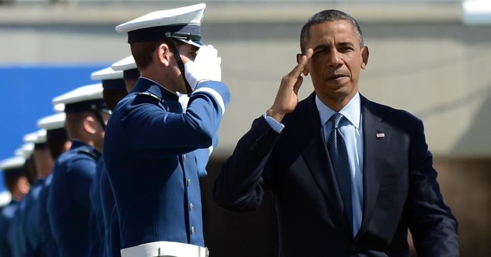 23.mai.2012 - O presidente norte-americano, Barack Obama, cumprimenta estudantes na escola da Força Aérea em Colorado Springs, no Estado de Colorado