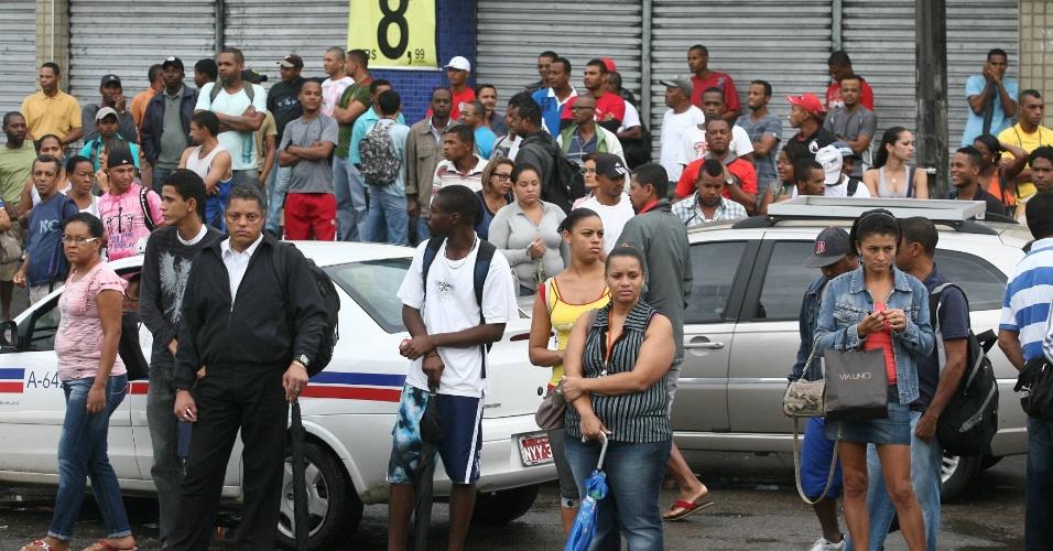23.mai.2012 - Passageiros aguardam ônibus na avenida Tancredo Neves, em Salvador, durante a greve dos rodoviários na capital baiana