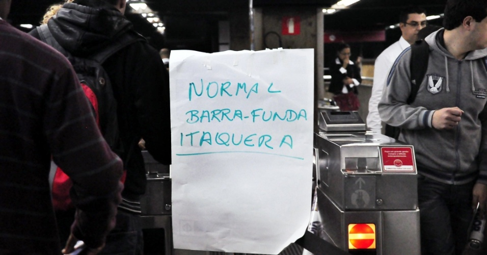 23.mai.2012 - Placa improvisada na esta&#231;&#227;o Barra Funda, em S&#227;o Paulo, avisa passageiros da retomada das atividades do metr&#244; ap&#243;s fim da greve dos metrovi&#225;rios