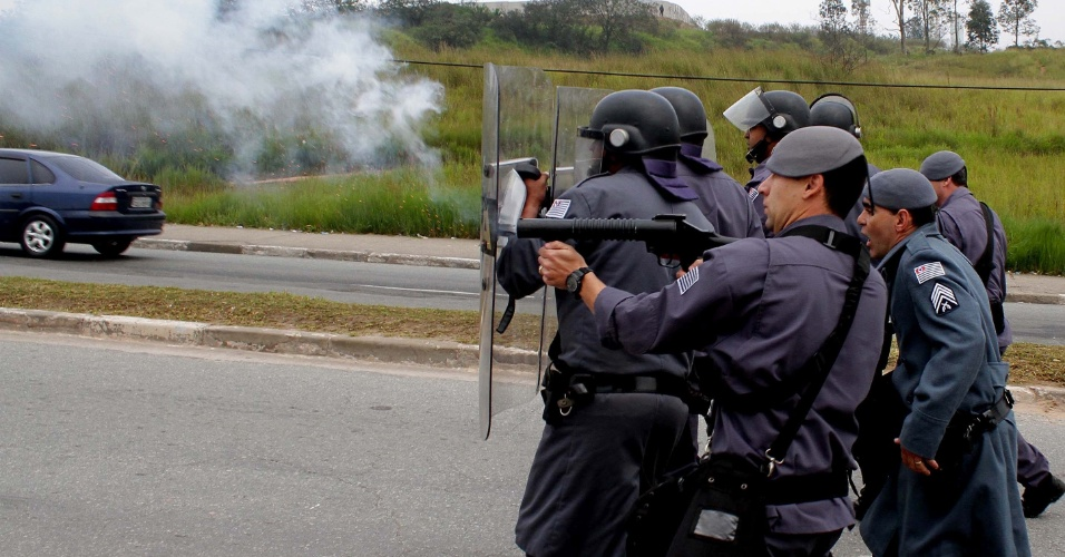 23.mai.2012 - PM lan&#231;a bombas de efeito moral para dispersar bloqueio da Radial Leste na esta&#231;&#227;o Corinthians-Itaquera, da linha 2-vermelha, do Metr&#244; de S&#227;o Paulo, na manh&#227; desta quarta-feira (23)