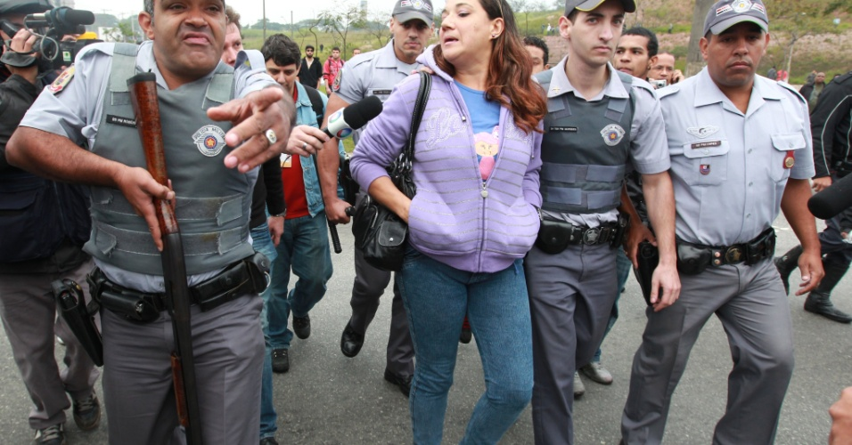 23.mai.2012 - PM prende a manifestante Raquel dos Santos por desacato, durante protesto na Radial Leste, ao lado da esta&#231;&#227;o Corinthians-Itaquera, da linha 3-vermelha do Metr&#244; de S&#227;o paulo, na manh&#227; desta quarta-feira (23)