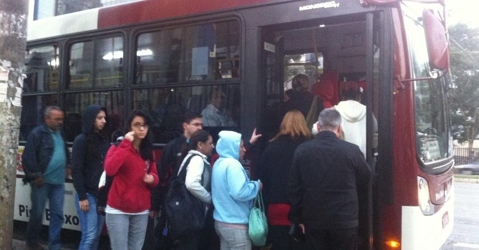 23.mai.2012 - Pontos de ônibus amanhecem lotados nesta quarta-feira (23), em São Paulo