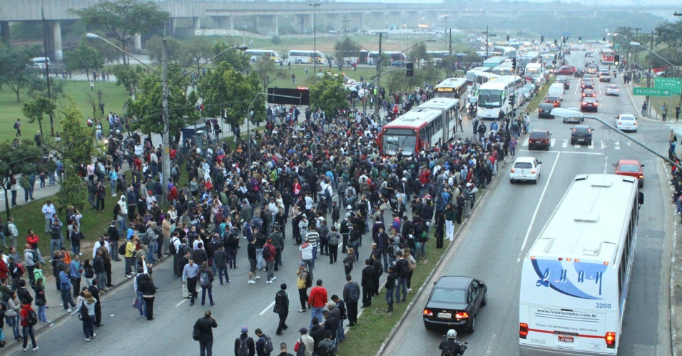 23.mai.2012 - Por volta das 7h desta quarta (23), uma multid&#227;o bloqueou a avenida Radial Leste, em frente &#224; esta&#231;&#227;o Corinthians-Itaquera, na zona leste de S&#227;o Paulo. A pol&#237;cia dispersou o bloqueio com bombas de g&#225;s