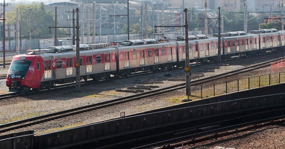 23.mai.2012 - Trem da CPTM est&#225; parado na manh&#227; desta quarta-feira (23), nos trilhos da esta&#231;&#227;o Barra Funda, na linha 3-vermelha do Metr&#244; de S&#227;o Paulo, na zona oeste da capital paulista.