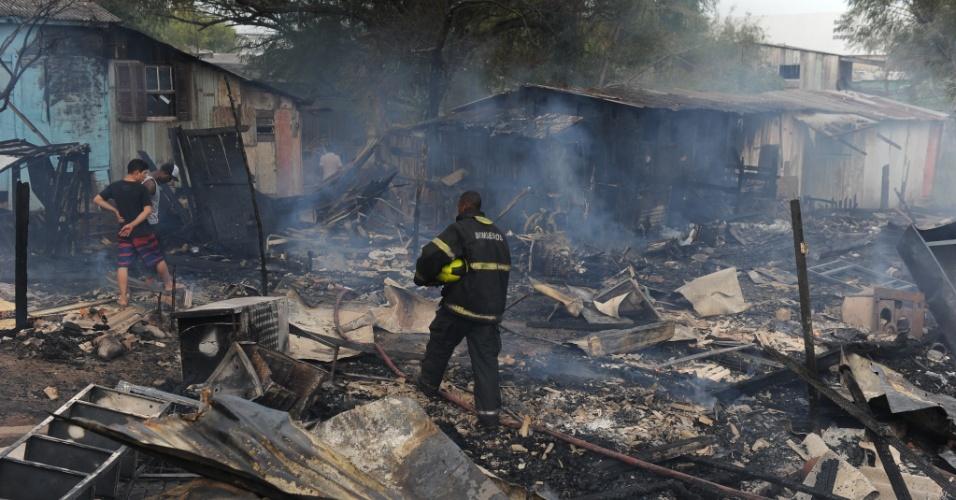 23.mai.2012 - Um incêndio destruiu pelo menos quatro casebres na vila Santo André, próximo à Arena do Grêmio, em Porto Alegre. De acordo com informações do Corpo de Bombeiros, o incêndio foi controlado e ninguém ficou ferido