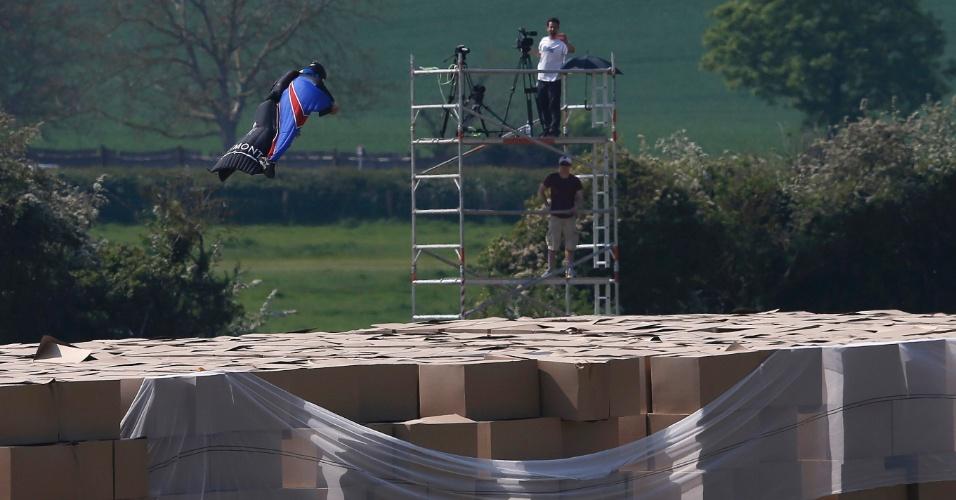 23.mai.2012 - Usando uma roupa especial, o dublê Gary Connery pulou de um helicóptero a 730 metros do solo e caiu em cima de caixas de papelão em Henley-on-Thames, a oeste de Londres. A queda foi bem-sucedida e não foi necessário uso de para-quedas