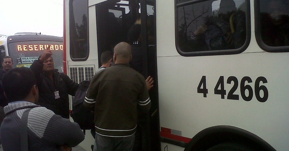 23.mai.2012 - Usu&#225;rios tentam entrar em &#244;nibus lotados ap&#243;s se depararem com a esta&#231;&#227;o Corinthians-Itaquera fechada, na linha 2-vermelha do Metr&#244; de S&#227;o Paulo, na manh&#227; desta quarta-feira (23)