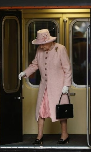 23.mar.2012 - Rainha Elizabeth chega de trem real &#224; esta&#231;&#227;o Victoria em Manchester, norte da Inglaterra. A viagem integra o tour pela Gr&#227;-Bretanha em comemora&#231;&#227;o ao seu Jubileu de Diamante