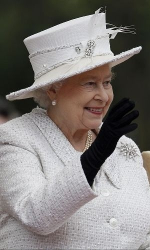 26.abr.2012 - Rainha Elizabeth 2&#170; da Inglaterra acena para curiosos nesta quinta-feira durante visita ao museu do castelo de Cyfarthfa, em Merthyr Tydfil, no Pa&#237;s de Gales (ao leste da Inglaterra)