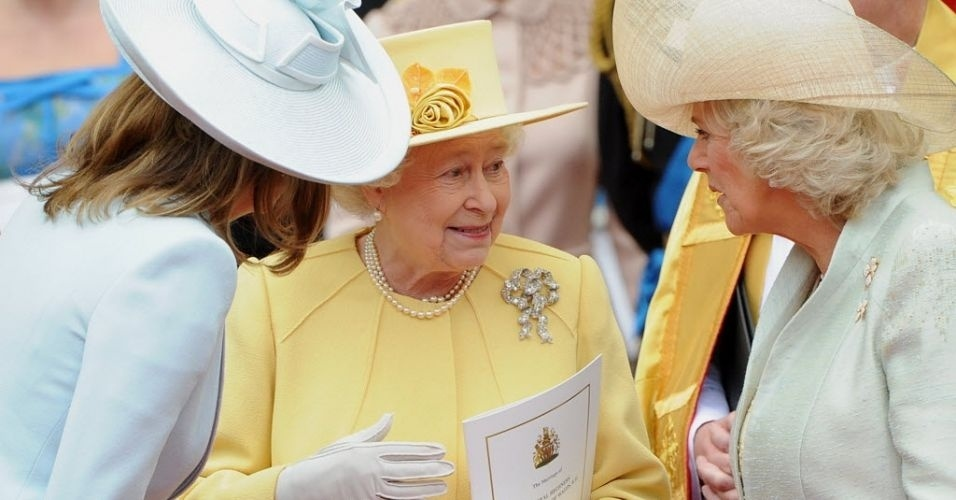 29.abr.2011 - Rainha Elizabeth 2&#170; entre Carole Middleton e Camilla, Duquesa de Cornwall, no momento em que saem da Abadia de Westminster, em Londres, ap&#243;s a cerim&#244;nia de casamento do Pr&#237;ncipe William e Kate, Duquesa de Cambridge