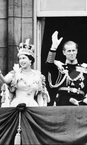 2.jun.1953 - Rainha Elizabeth 2&#170;, acompanhada do Pr&#237;ncipe Philip, acena para a popula&#231;&#227;o depois de ser coroada em uma cerim&#244;nia na Abadia de Westminster, em Londres