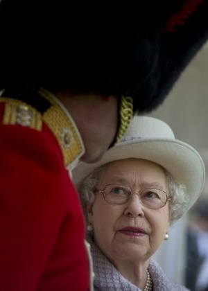 3.mai.2012 - A rainha da Inglaterra, Elizabeth 2&#170;, conversa com guarda durante em inspe&#231;&#227;o de apresenta&#231;&#227;o das novas cores do primeiro Batalh&#227;o no castelo de Windsor, pr&#243;ximo a Londres (Reino Unido)