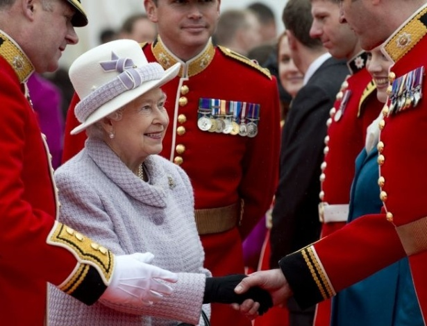 3.mai.2012 - A rainha da Inglaterra, Elizabeth 2&#170;, cumprimenta guardas durante em inspe&#231;&#227;o na qual os oficiais apresentaram as novas cores do primeiro Batalh&#227;o no castelo de Windsor, pr&#243;ximo a Londres (Reino Unido)