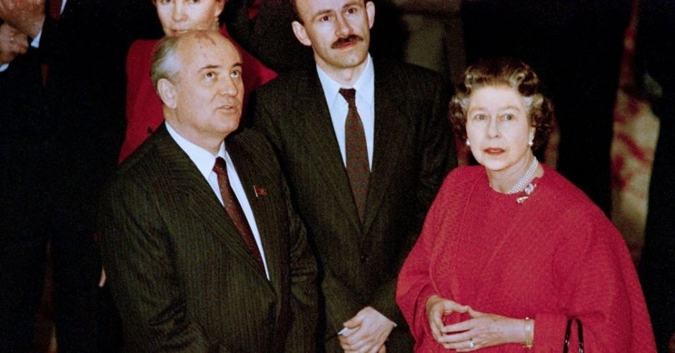 7.abr.1989 - Ent&#227;o l&#237;der sovi&#233;tico Mikhail Gorbachev conversa com a Rainha Elizabeth 2&#170; no Castelo de Windsor, ao final da visita dele ao Reino Unido