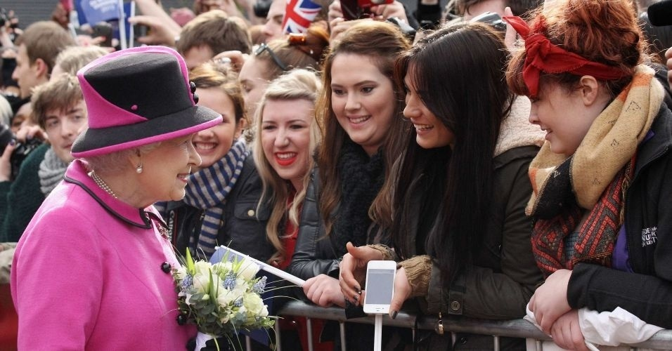 8.mar.2012 - Rainha Elizabeth cumprimenta ingleses na Universidade de Montfort em Leicester, na Inglaterra, durante uma vista. A rainha lan&#231;ou nesta quinta-feira uma turn&#234; nacional de seu reino pela Inglaterra para comemorar seu Jubileu de Diamante
