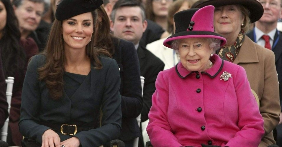 8.mar.2012 - Rainha Elizabeth e a duquesa de Cambridge Kate assistem a um desfile de moda na Universidade de Montfort, durante uma visita em Leicester, na Inglaterra. A rainha lan&#231;ou nesta quinta-feira uma turn&#234; nacional de seu reino pela Inglaterra para comemorar seu Jubileu de Diamante