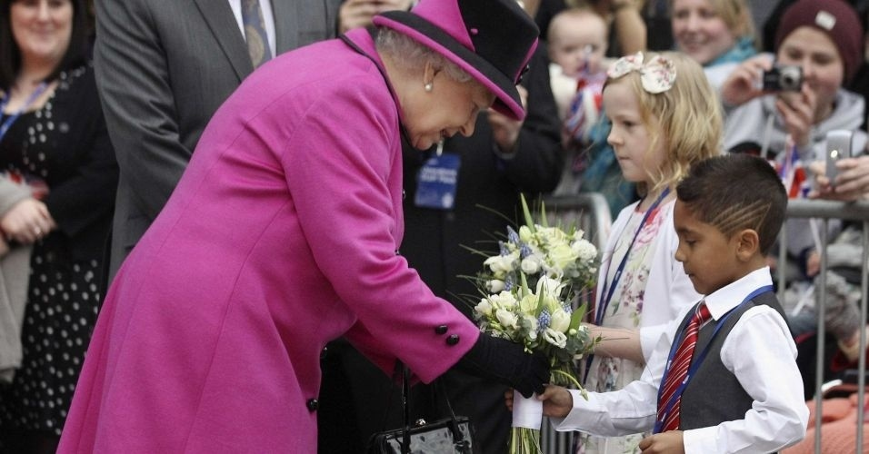 8.mar.2012 - Rainha Elizabeth recebe um buque de flores de uma crian&#231;a durante uma visita &#224; Universidade de Montfort, em Leicester, na Inglaterra. A rainha lan&#231;ou nesta quinta-feira uma turn&#234; nacional de seu reino pela Inglaterra para comemorar seu Jubileu de Diamante